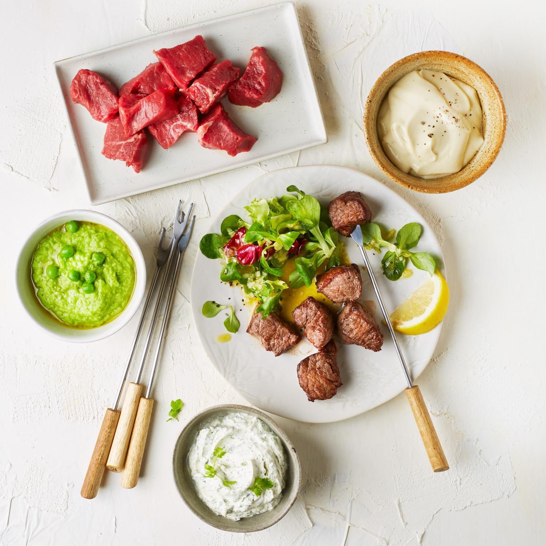 Klassisches Fleischfondue mit Wintersalaten und 3 Dips