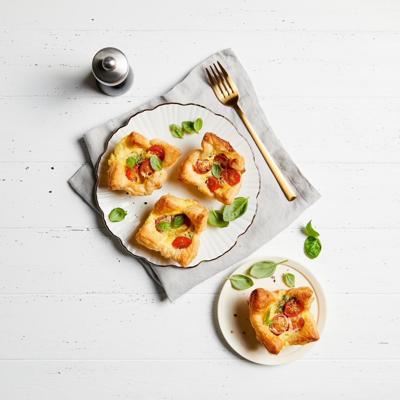 Blätterteigkörbchen mit Mozzarella-Tomatenfüllung