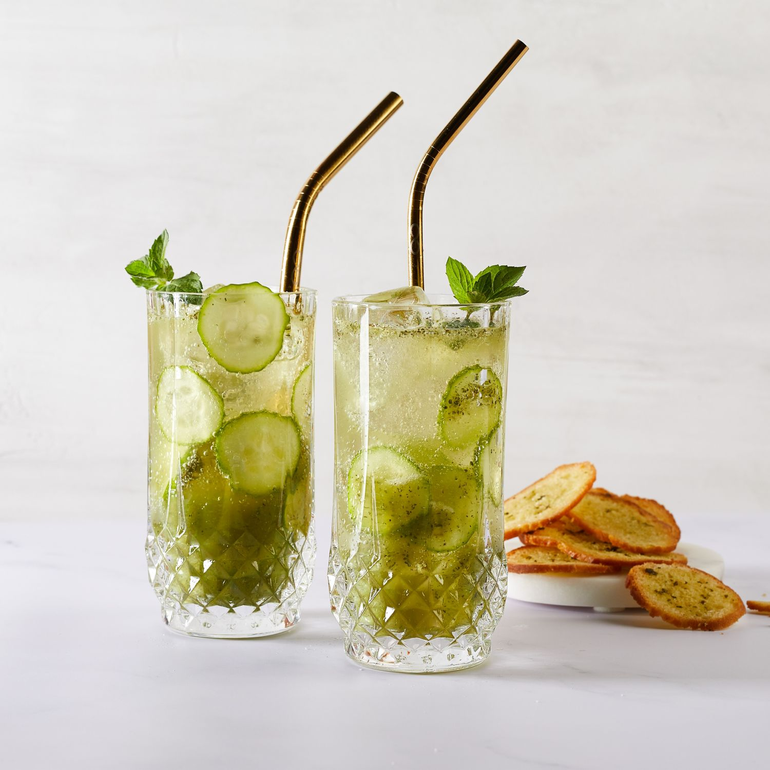 Gurken-Gin-Cocktail mit frischer Minze und Ingwer