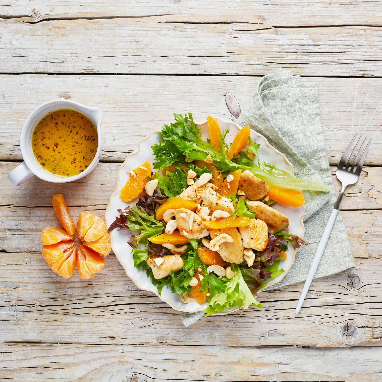 Bunter Salat mit Cashewnüssen, Mandarinen und Hähnchenbrust