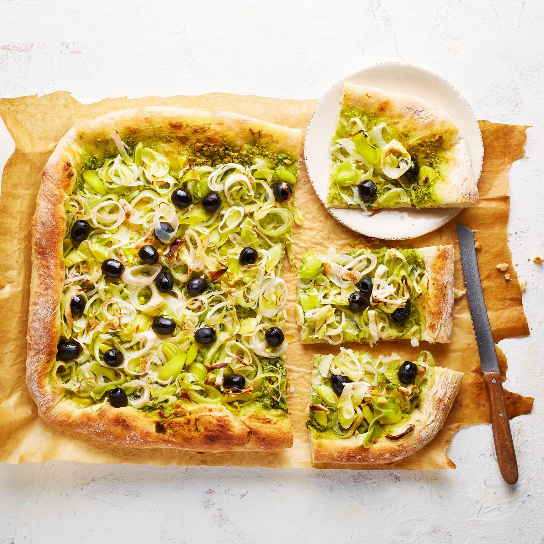 Lauchkuchen mit Pesto und Oliven
