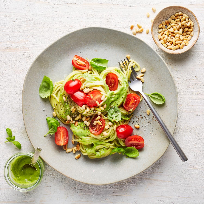 Spaghetti mit Avocado-Pesto und sonnengereiften Tomaten