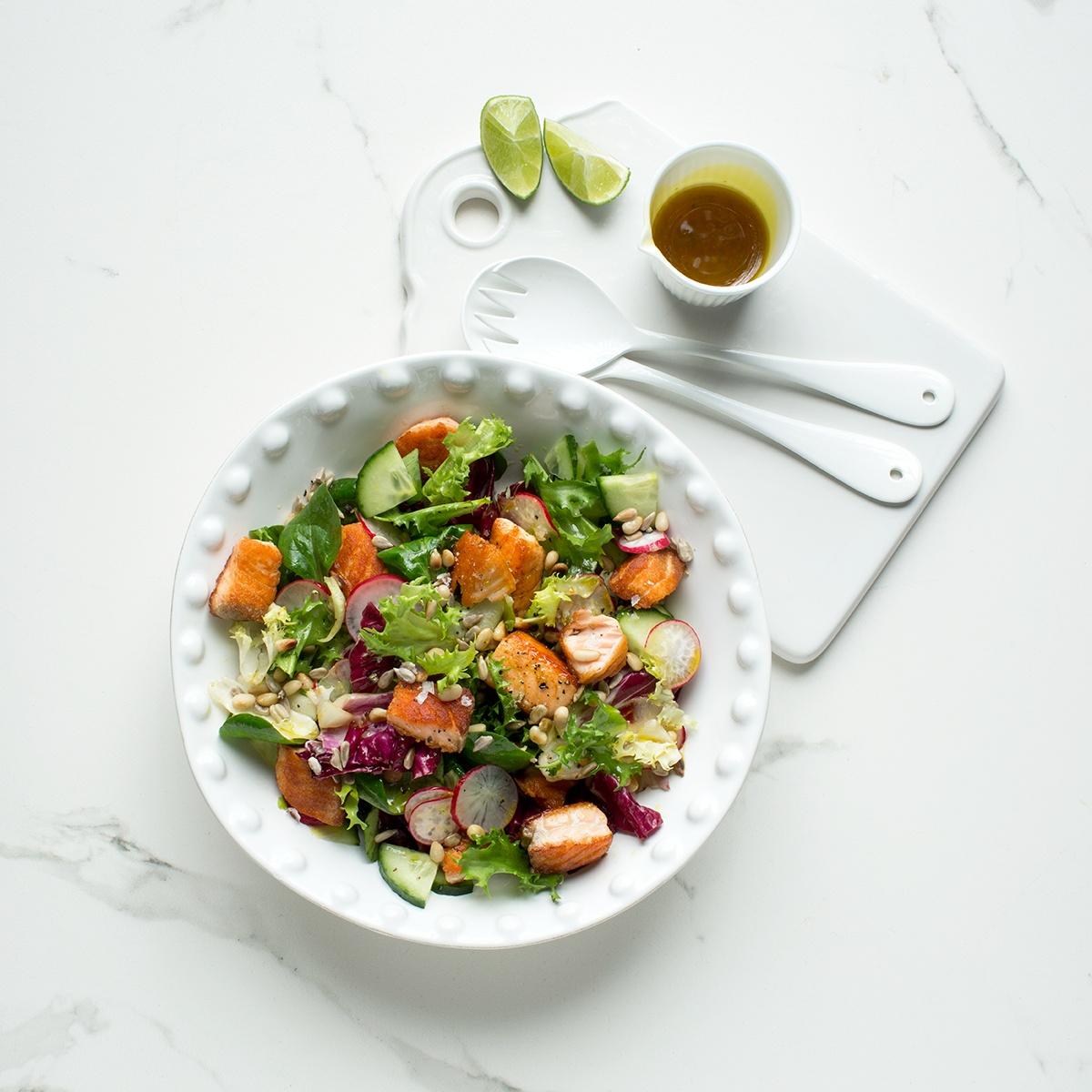 Gemischter Salat mit Lachs-Nuss-Topping
