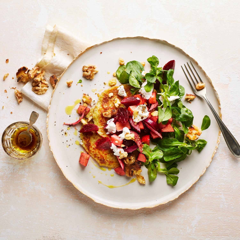 Rote Bete Salat mit Ziegenkäse auf Rösti und Feldsalat