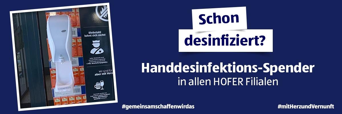 Ein dunkelblauer Hintergrund mit dem Hinweis, dass es jetzt in allen HOFER Filialen einen Handdesinfektions-Spender gibt.