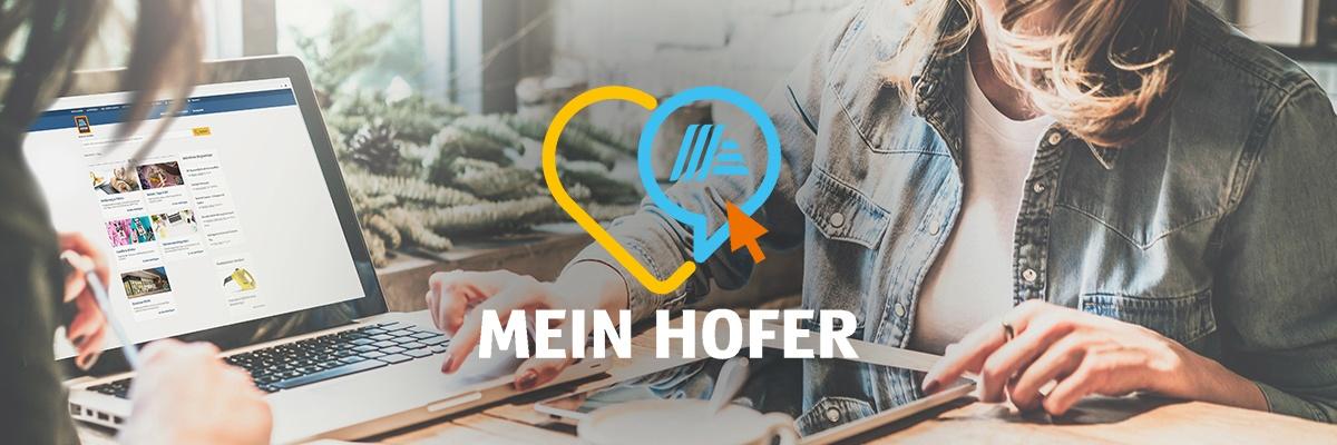 Frau welche am Laptop die MEIN HOFER-Website offen hat. Auf dem Bild sieht man das MEIN HOFER Logo.
