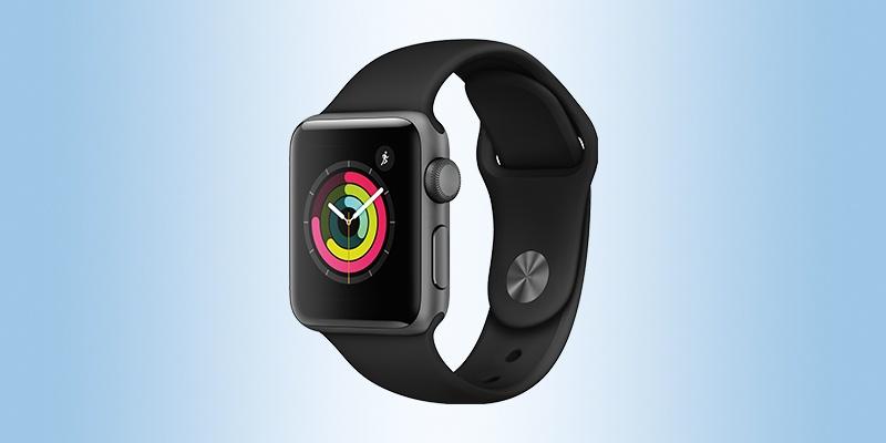 Eine Apple Watch auf einem hellblauen Hintergrund platziert.