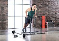 Mann macht Fitnessübungen