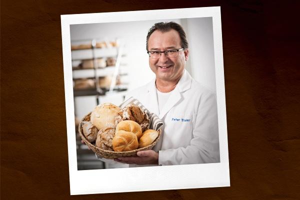 Ein Bäcker mit einem Korb voll Brot und Gebäck.