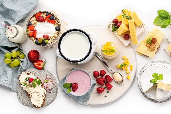 Milchprodukte auf einem schön geschmückten Hintergrund platziert.