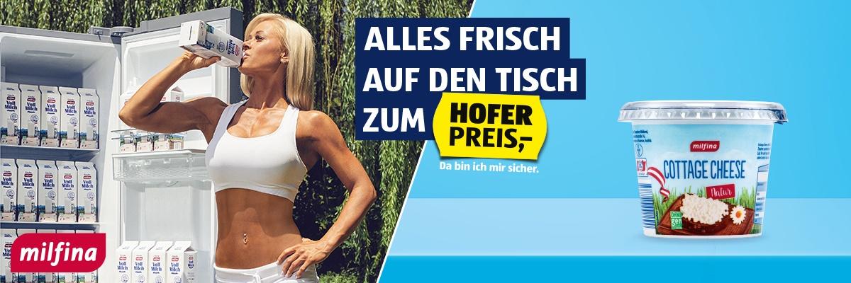 Eine Frau vor einem Kühlschrank trinkt aus einer Packung Milfina Vollmilch.