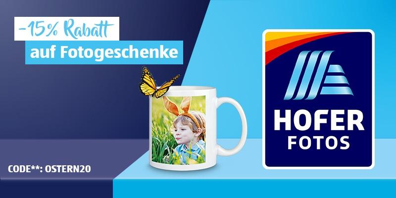 Eine HOFER FOTOS Tasse steht auf einem blauen Hintergrund. Daneben ist das HOFER FOTOS Logo zu sehen.