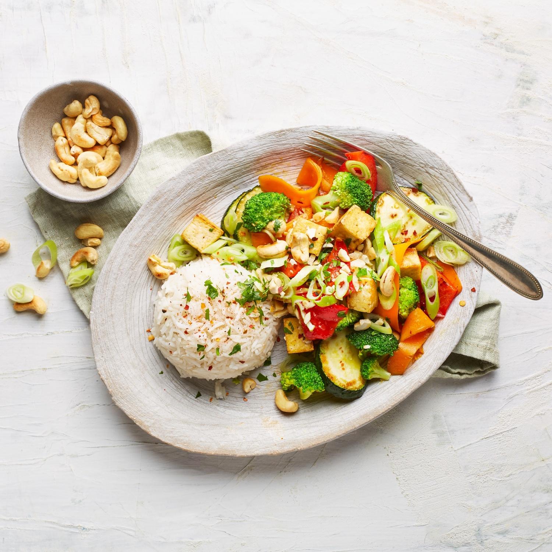 Brokkoli aus dem Wok mit Tofu und Cashewkernen