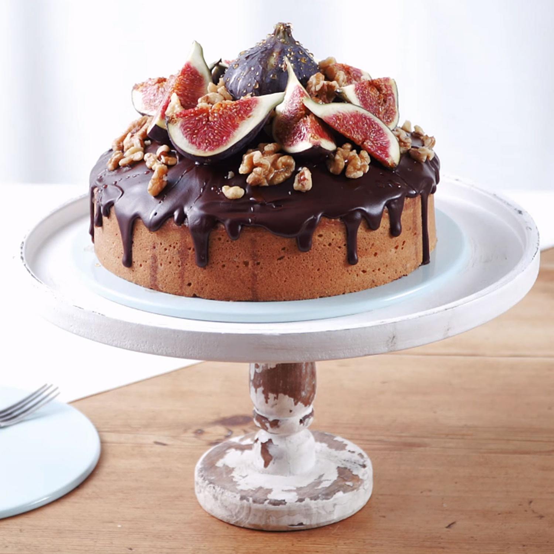 Haselnuss-Kuchen mit frischen Feigen