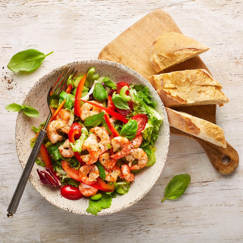 Gebratene Bio-Garnelen auf italienischem Salat
