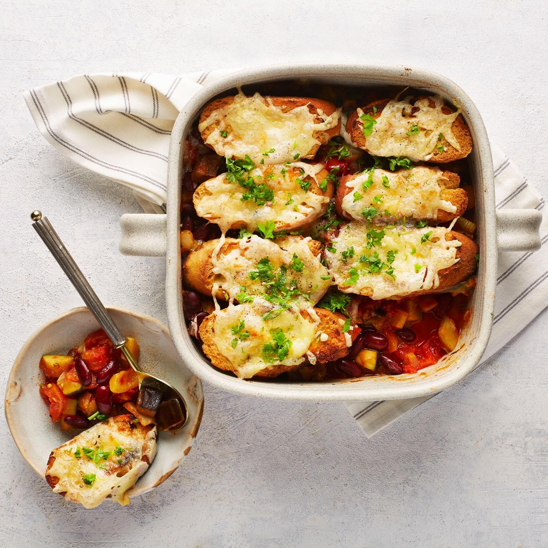 One-Pot-Gemüseeintopf mit Knoblauch-Käse-Brot
