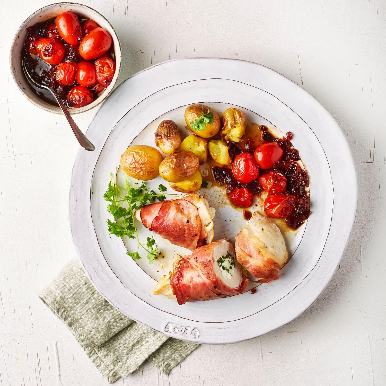 Gefülltes Hähnchenbrustfilet mit Balsamico-Tomaten und Kartoffeln