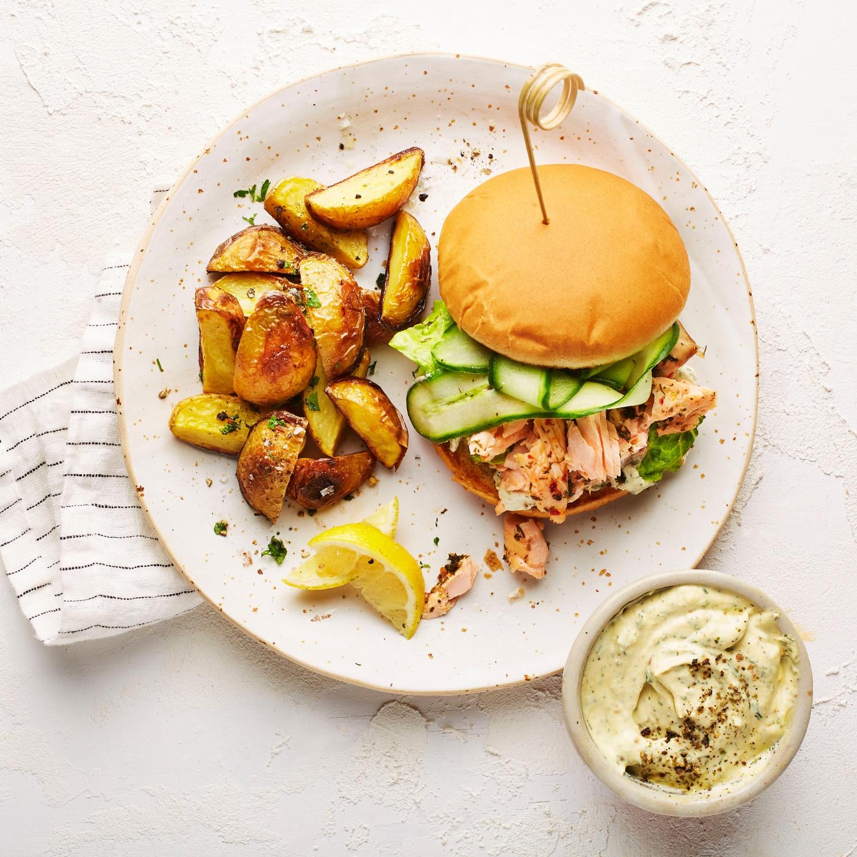 Pulled Lachs-Burger mit Honig-Senfcreme