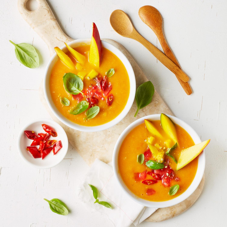 Smoothie-Bowl mit Tomaten, Mango und Peperoni