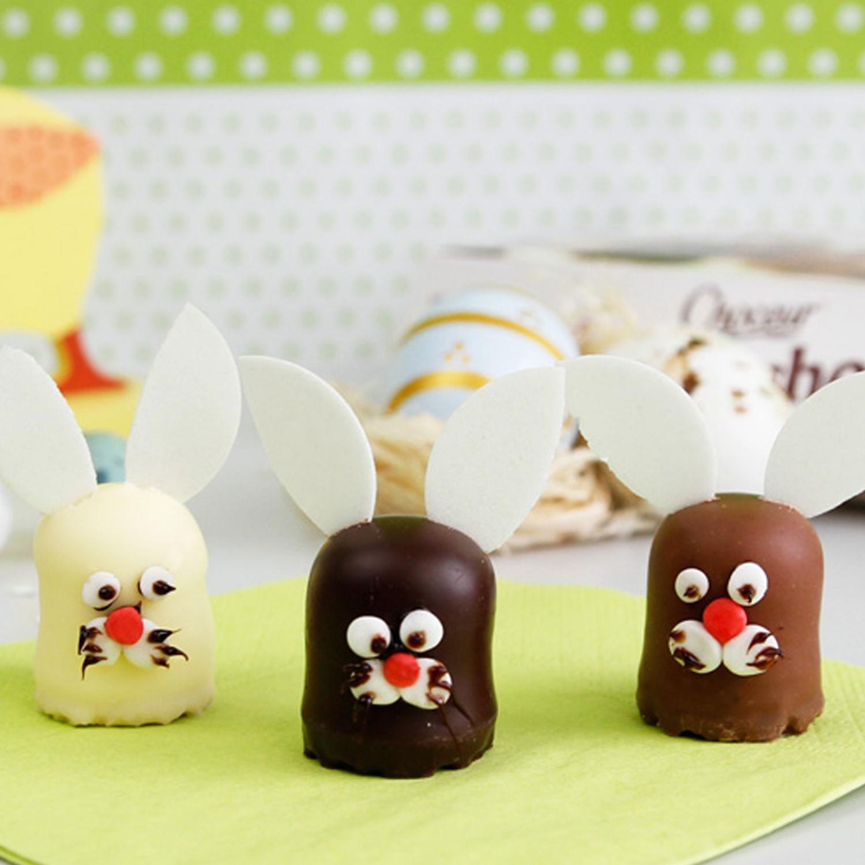 Mini-Osterhasen aus Schokoküssen
