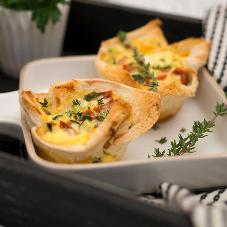 Frühstücks-Muffins mit Zucchini-Tomaten-Käse-Fülle