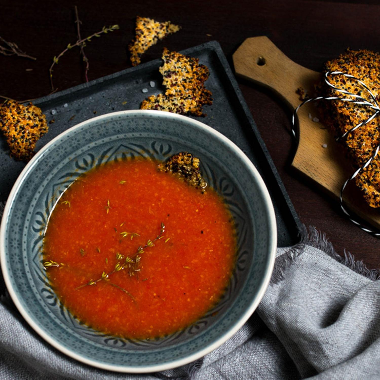 Im Ofen gegarte Tomatensuppe mit Grana Padano-Cracker