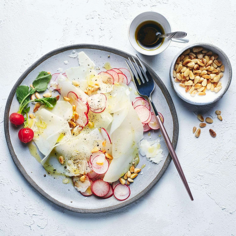 Kohlrabi-Carpaccio mit Parmesan und Radieschen