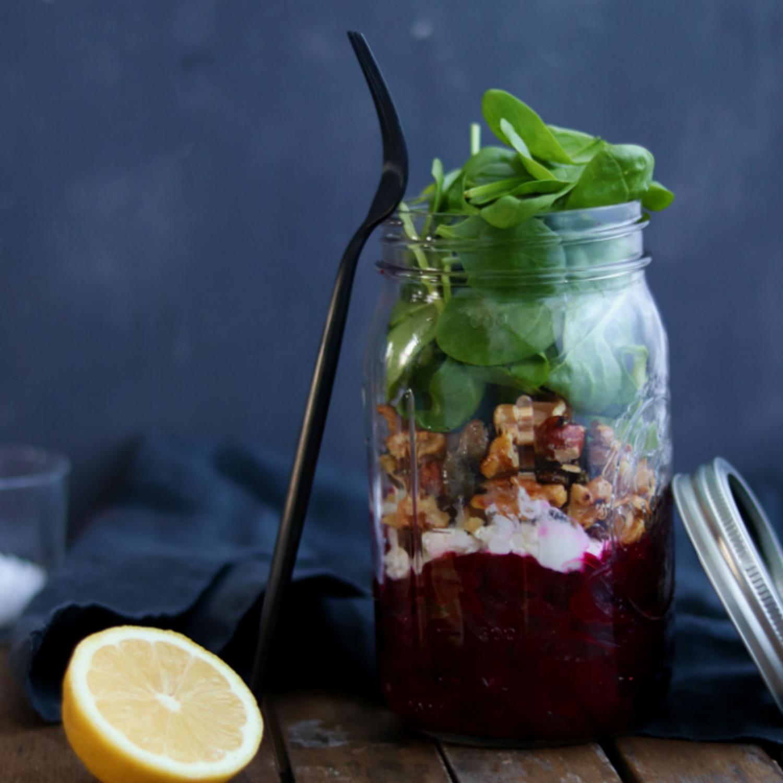 Rote Rüben-Salat mit Ziegenfrischkäse und Nuss-Granola