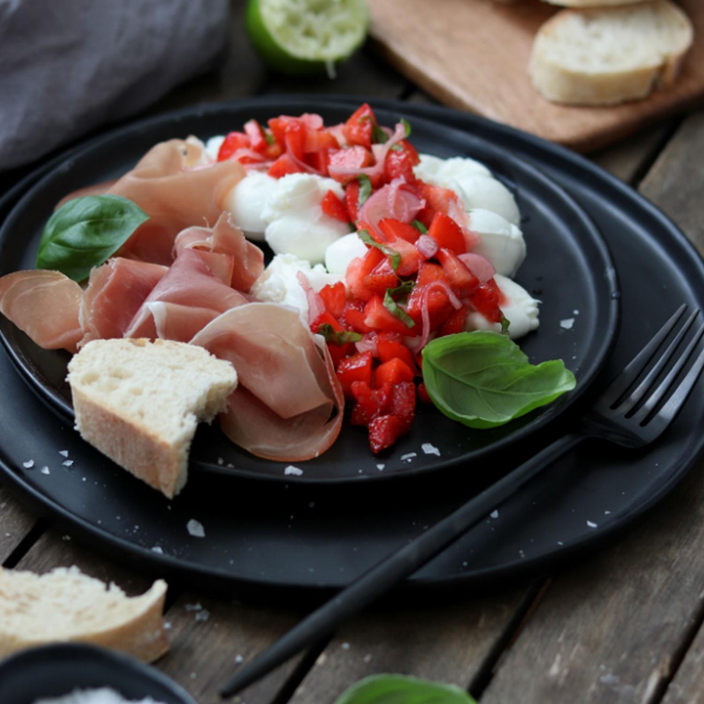 Mozzarella mit Erdbeer Salsa und Prosciutto