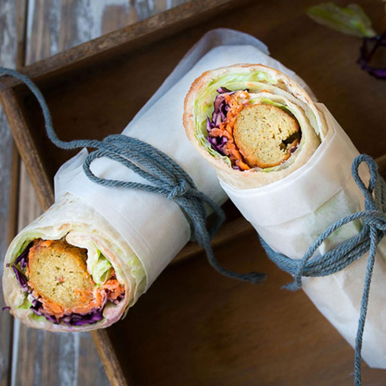 Wrap gefüllt mit Falafel und Hummus