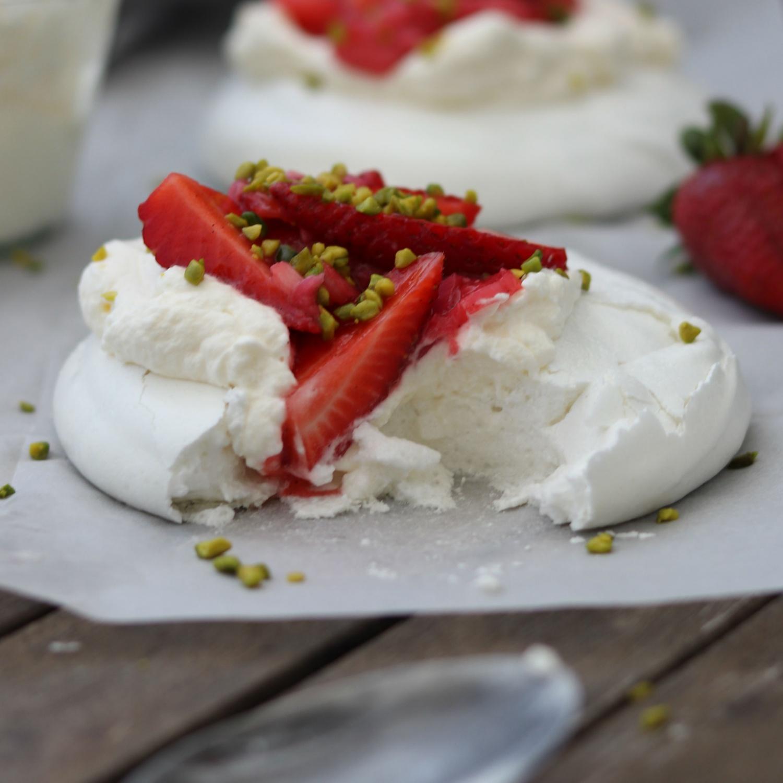 Pavlova mit Erdbeer-Rhabarber Kompott