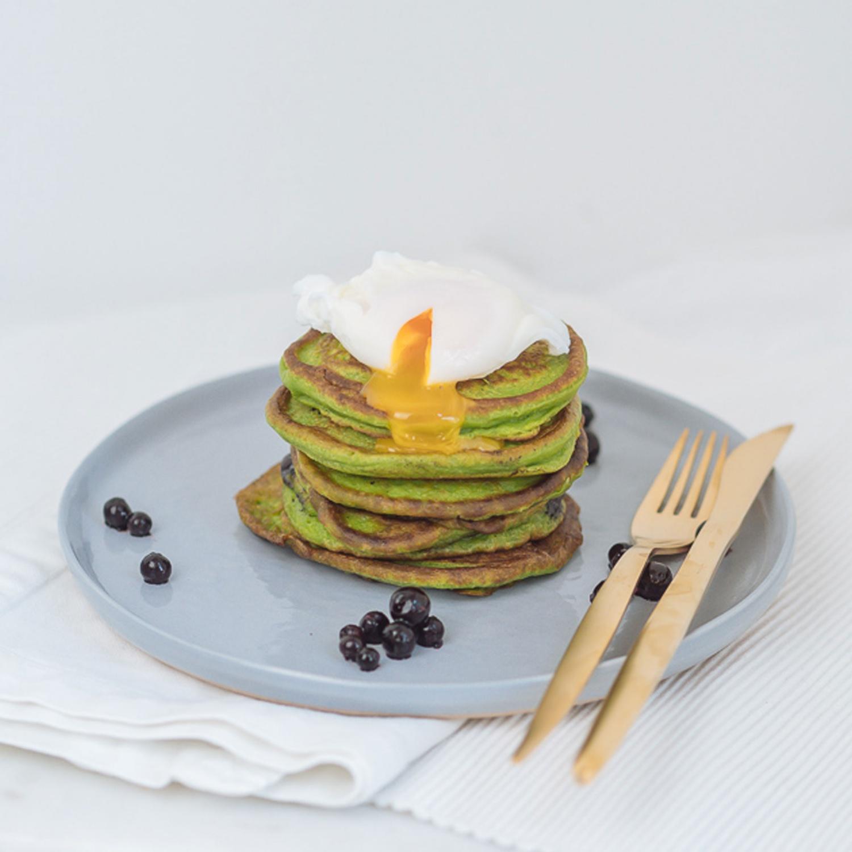 Avocado Pancakes mit Heidelbeeren und pochiertem Ei
