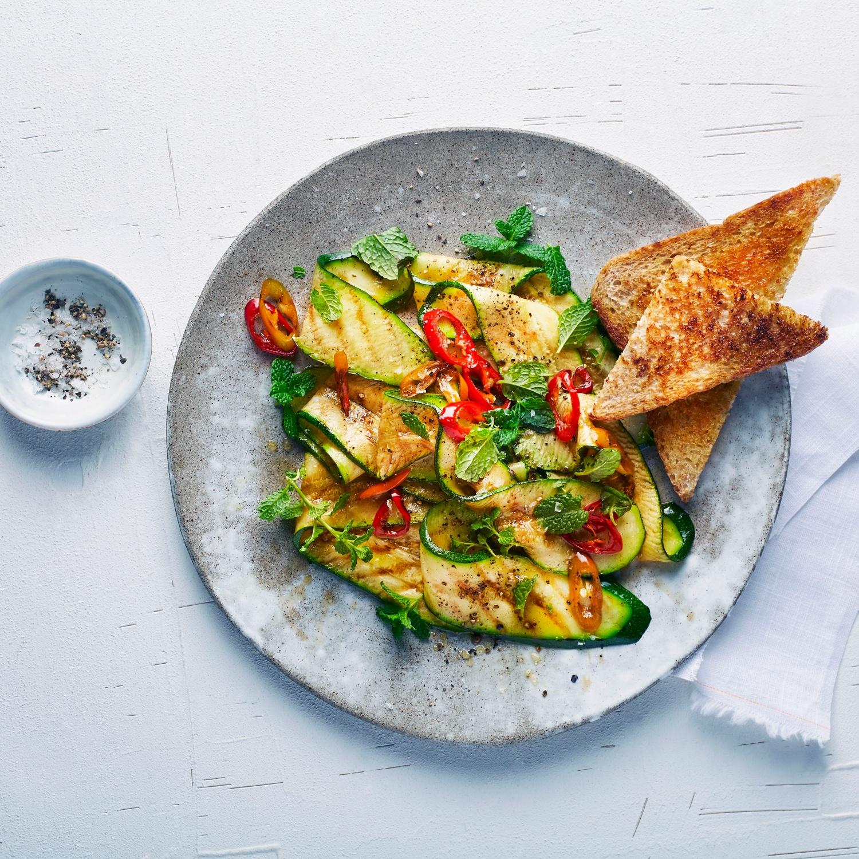 Gebratener Zucchinisalat mit Minze und Chili