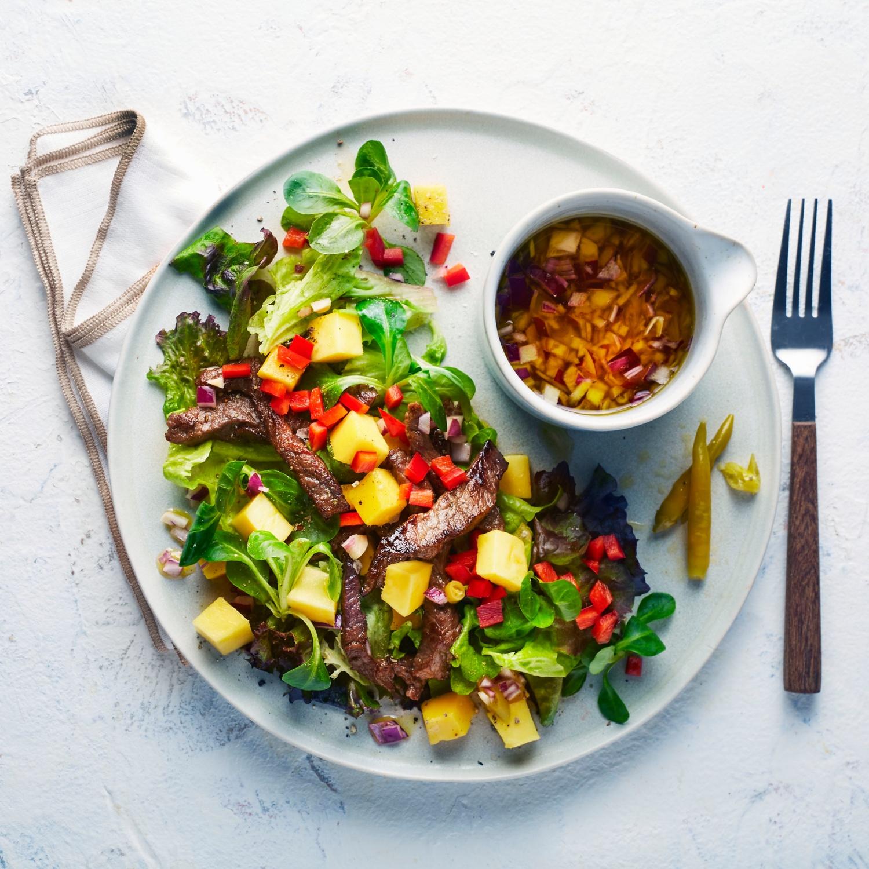 Salat mit Rinderfiletstreifen und Mango an Orangen-Ingwer-Dressing