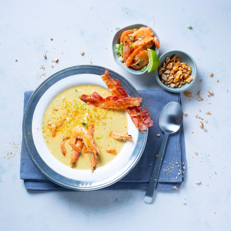 Kartoffel-Currysuppe mit rosa Crevetten und Baconchips