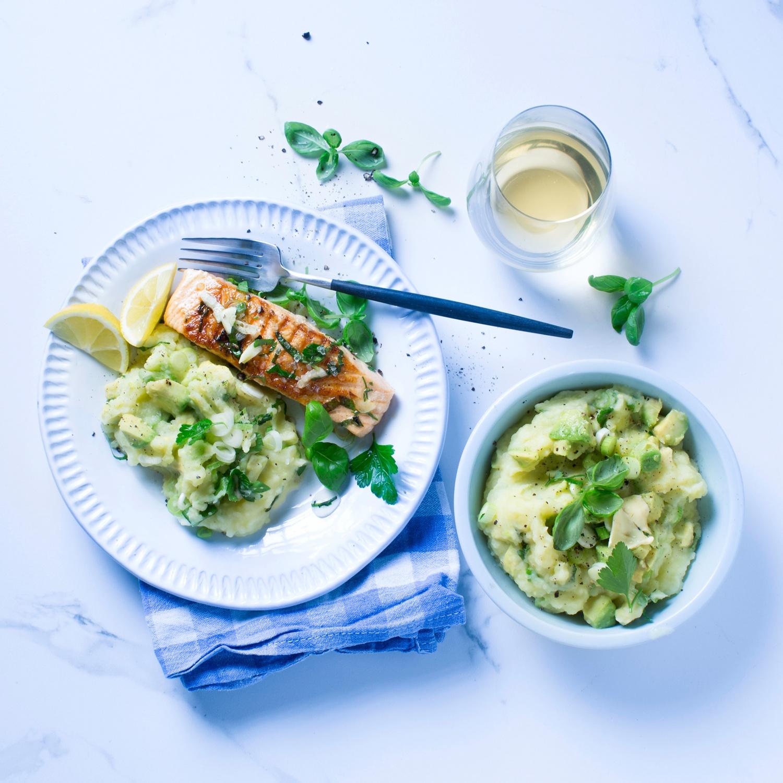 Grill-Lachs mit Avocado-Kartoffelstampf
