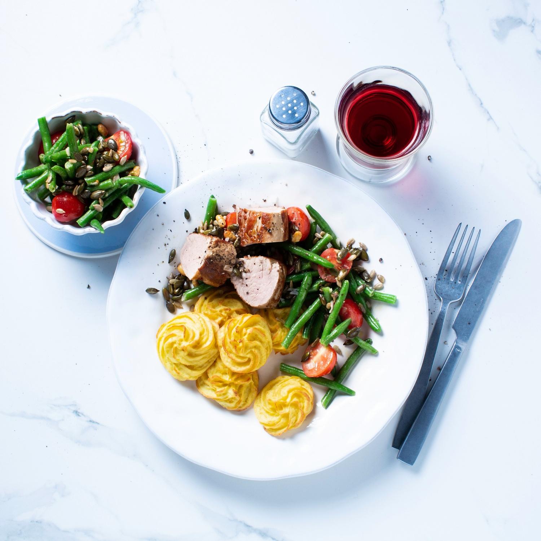 Herzogin-Kartoffeln mit Schweinefilet und Bohnensalat