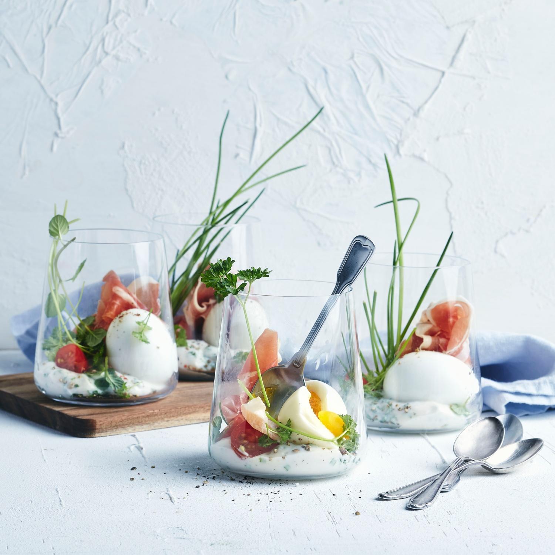 Ei im Glas auf Kräuterschmand