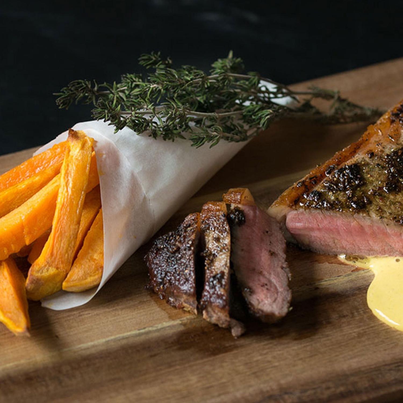 Steak mit Mayonnaise und Süßkartoffelsticks