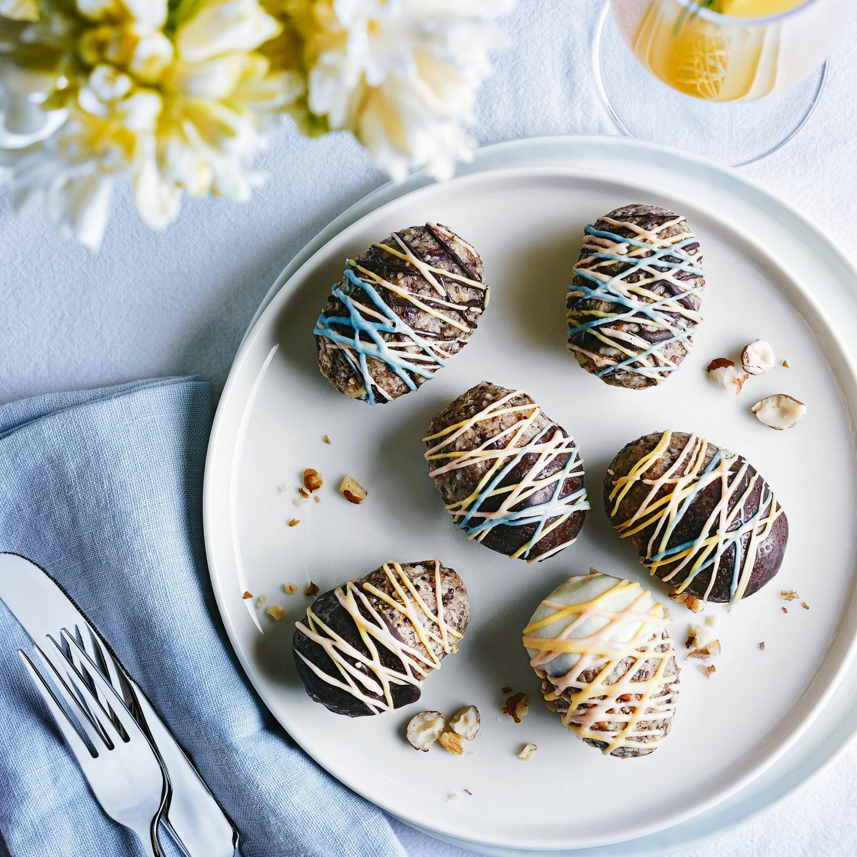 Granola-Eier mit getrockneten Früchten und Schokolade