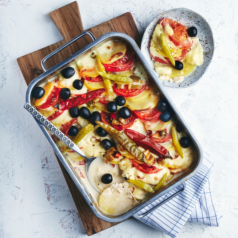 Mediterranes Kartoffelgratin mit Oliven, Tomaten und Peperoni