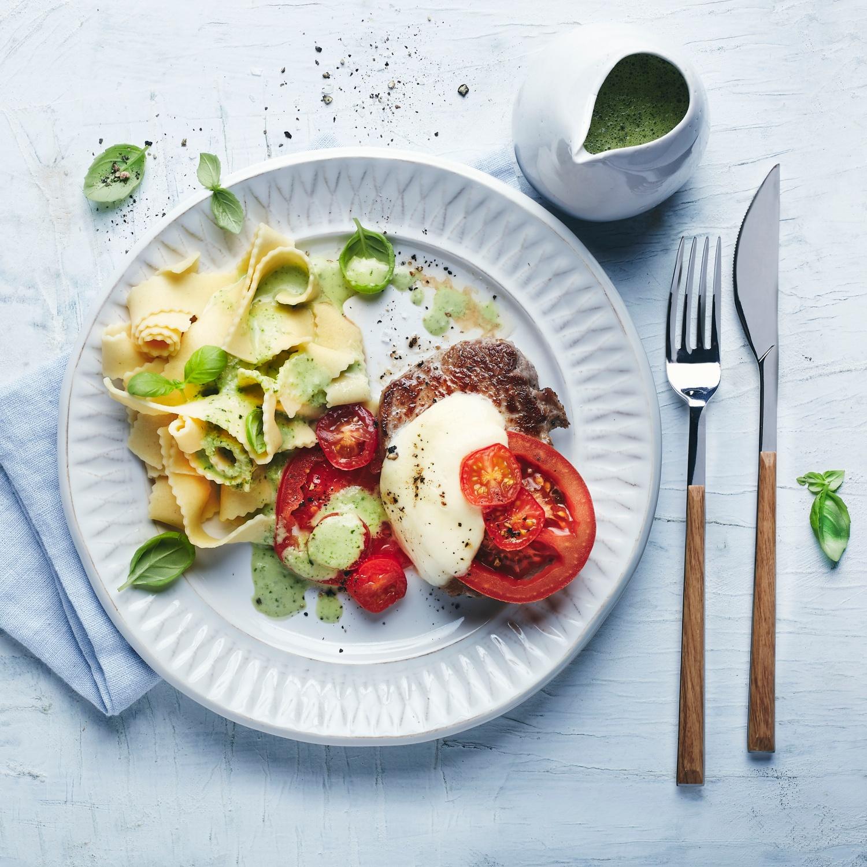 Gratinierte Tomate-Mozzarella-Kalbsmedaillons mit Basilikumsauce