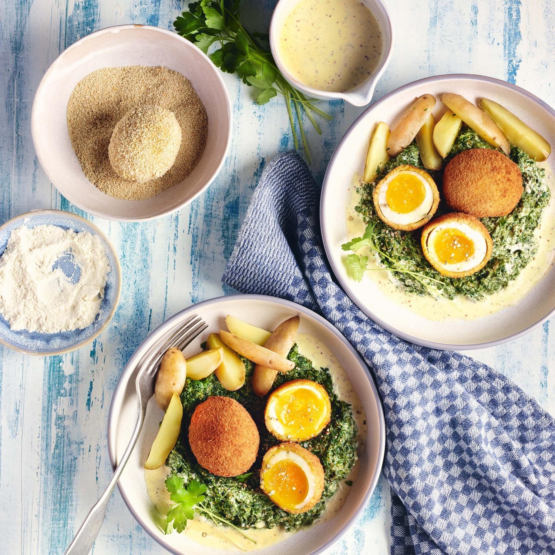 Gebackene Eier mit Rahmspinat, Senfschaumsauce und Salzkartoffeln