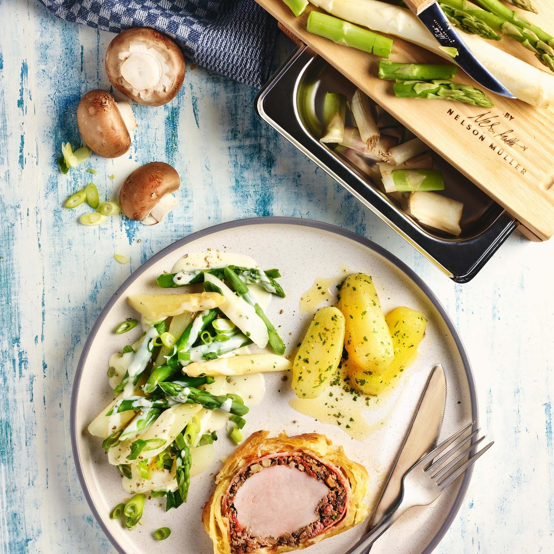 Filet Wellington vom Schwein mit Spargelragout und Butterkartoffeln