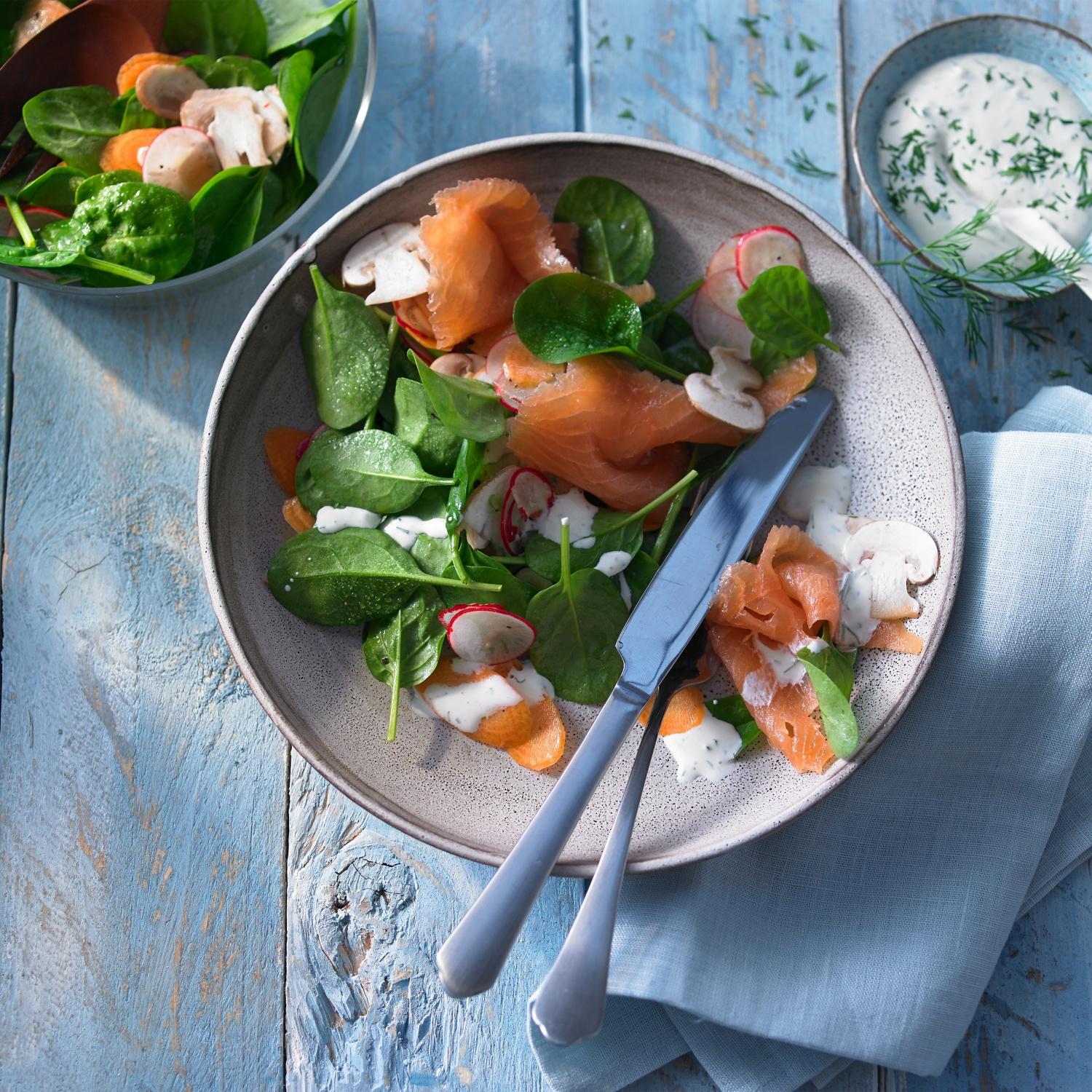 Salat vom jungen Spinat mit Räucherlachs und Dill-Crème-fraîche