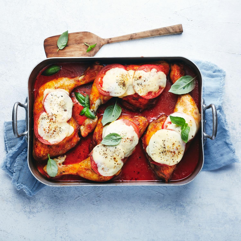 Hähnchenschenkel mit Tomaten und Mozzarella überbacken