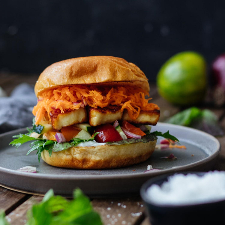 Grillkäse Burger mit Karottensalat