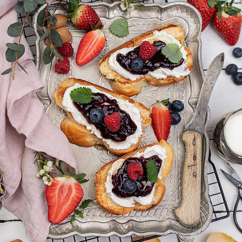 Süße Bruschetta mit Beerenmarmelade