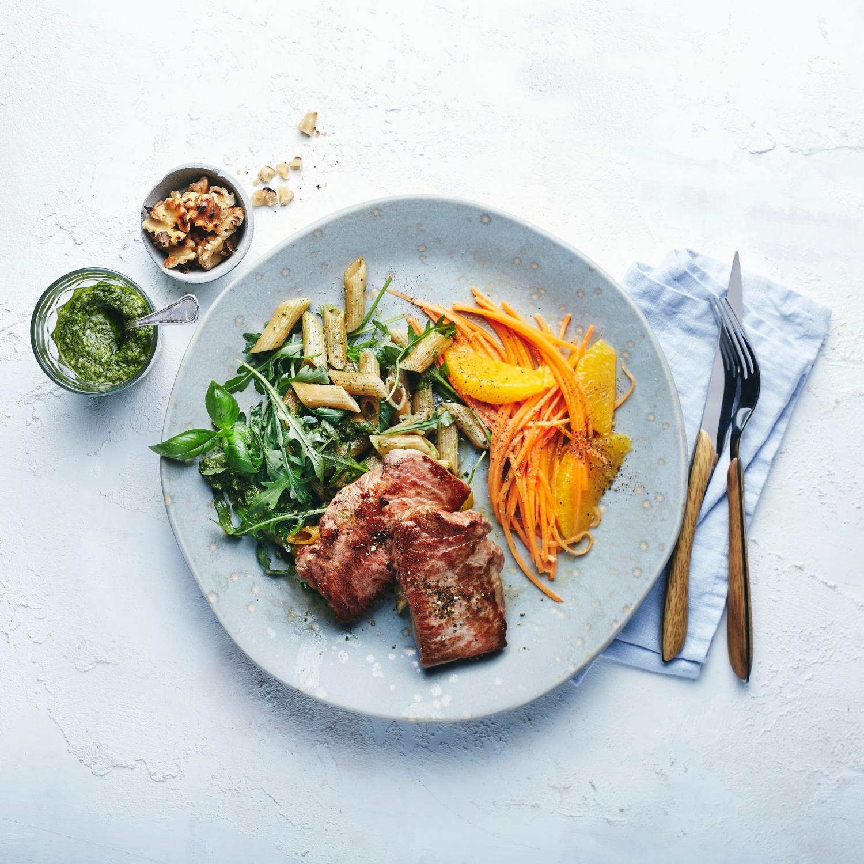 Iberico-Steak mit Walnusspesto und Orangen-Karottensalat