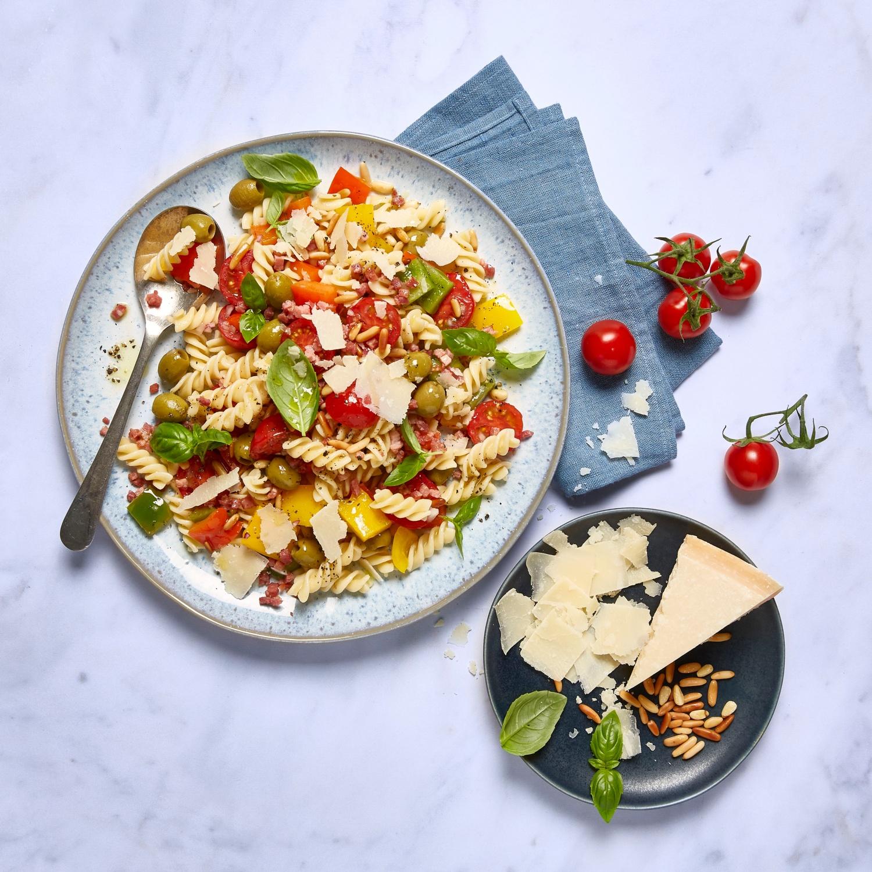 Nudelsalat mit Paprika, Schinken, Oliven und Basilikum